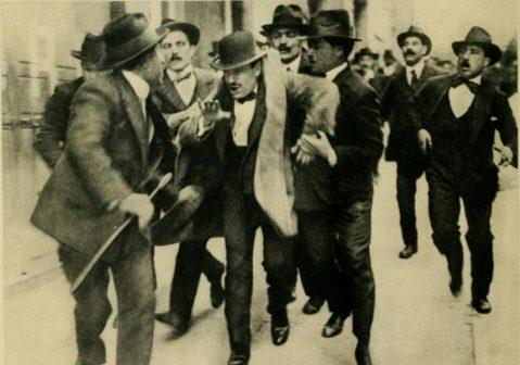 Mussolini arresto comizio 1915.jpg