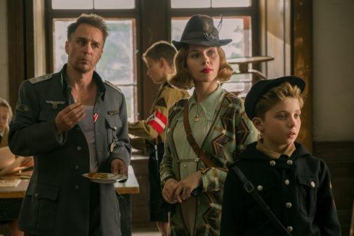 Sam Rockwell, Scarlett Johansson e Roman Griffin Davis nel film JOJO RABBIT