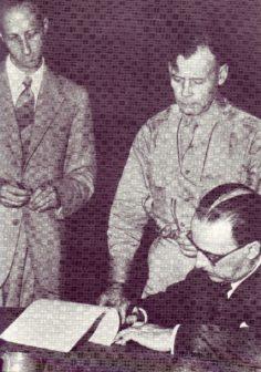 Il generale Castellano firma l'armistizio