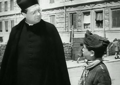 Aldo Fabrizi nei panni di don Pietro Pellegrini
