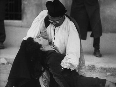 Don Pietro regge il corpo senza vita di Pina